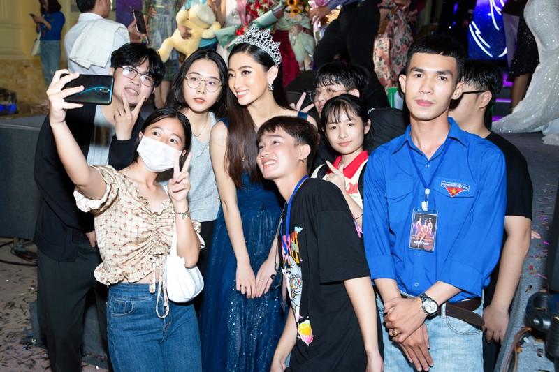 Lương Thùy Linh, Kiều Loan được fan săn đón tại Cần Thơ - ảnh 2
