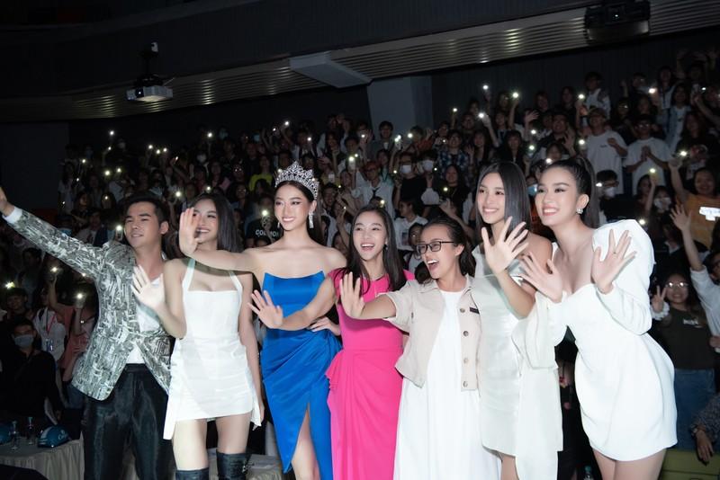 Lương Thùy Linh gây náo loạn với sinh viên Đại học Văn Lang  - ảnh 2