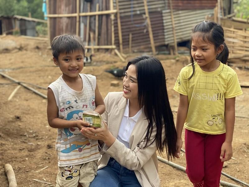 Hoa hậu Đỗ Hà lội suối bị vắt cắn khi làm dự án nhân ái  - ảnh 2