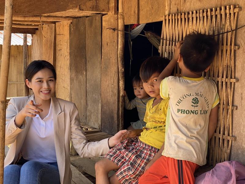 Hoa hậu Đỗ Hà lội suối bị vắt cắn khi làm dự án nhân ái  - ảnh 3