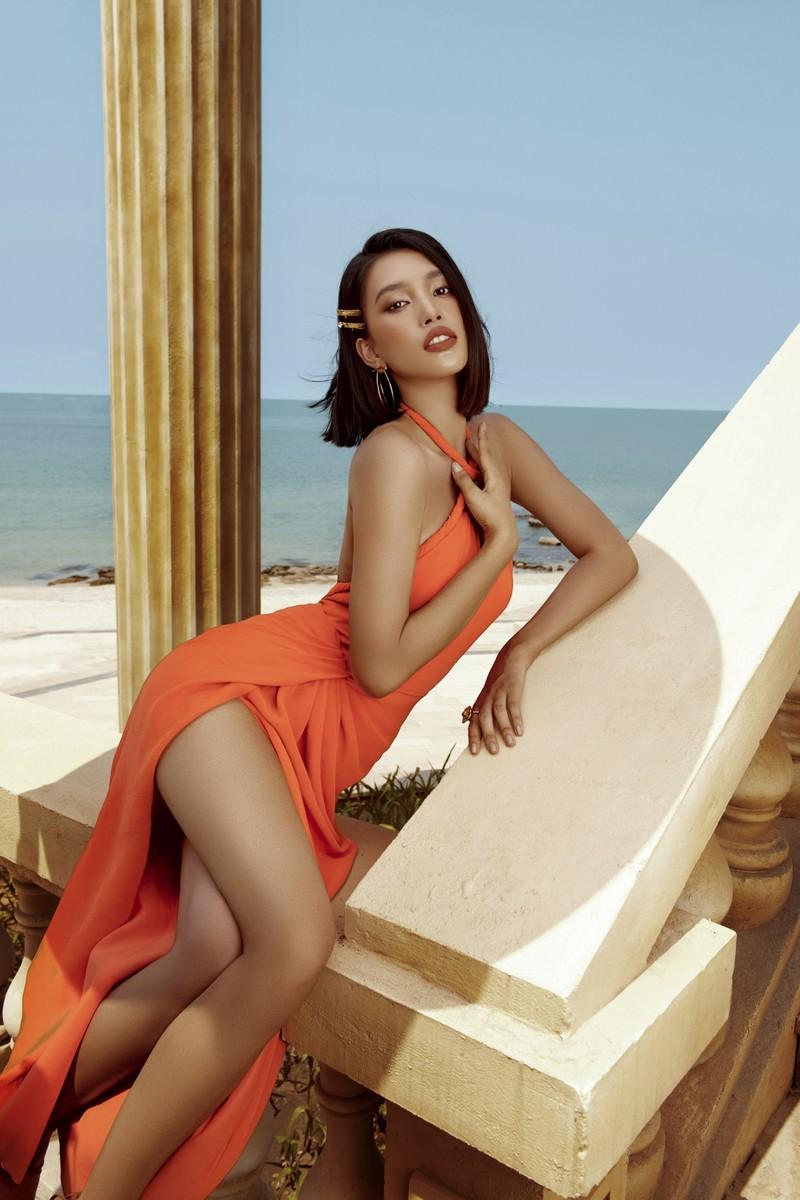 Hoa hậu Tiểu Vy phơi nắng, khoe nhan sắc quyến rũ  - ảnh 5