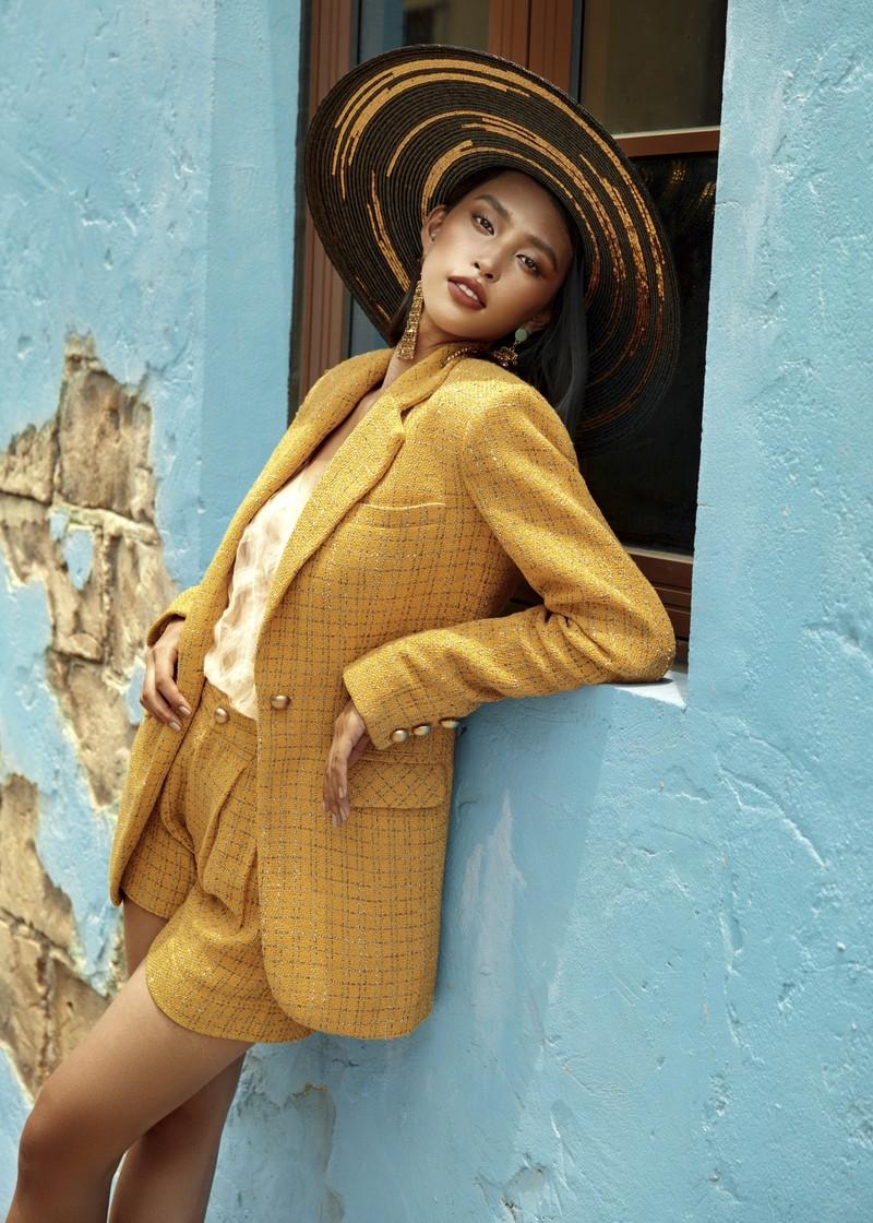 Hoa hậu Tiểu Vy phơi nắng, khoe nhan sắc quyến rũ  - ảnh 1