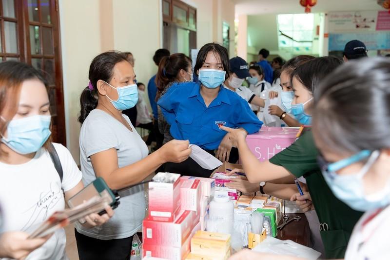 Tiểu Vy, Đỗ Hà, Kiều Loan tổ chức khám bệnh cho công nhân - ảnh 2