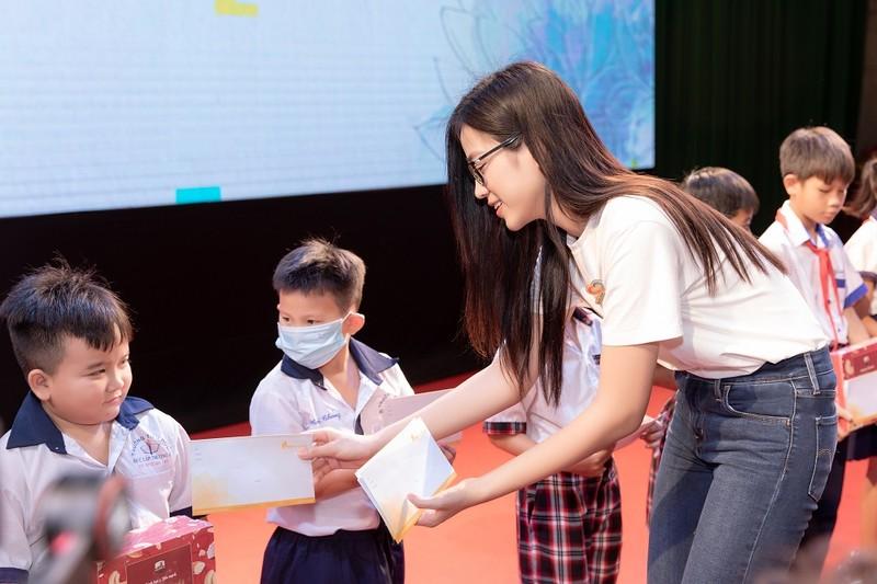 Tiểu Vy, Đỗ Hà, Kiều Loan tổ chức khám bệnh cho công nhân - ảnh 4