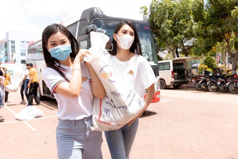 Tiểu Vy, Đỗ Hà, Kiều Loan tổ chức khám bệnh cho công nhân - ảnh 3