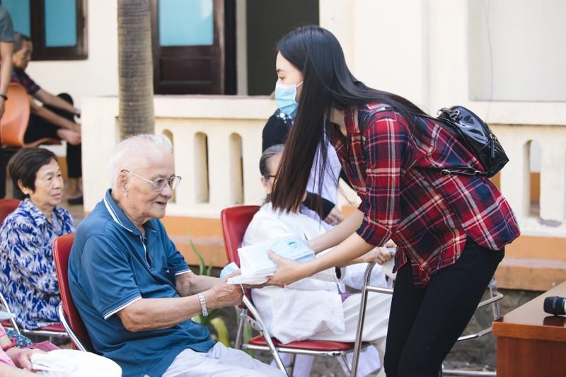 Dàn hoa hậu tặng 100 triệu mua vaccine cho công nhân Bắc Giang - ảnh 2