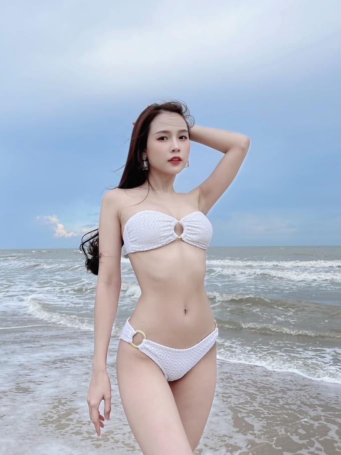 Sam hiếm hoi diện bikini khoe dáng quyến rũ  - ảnh 1