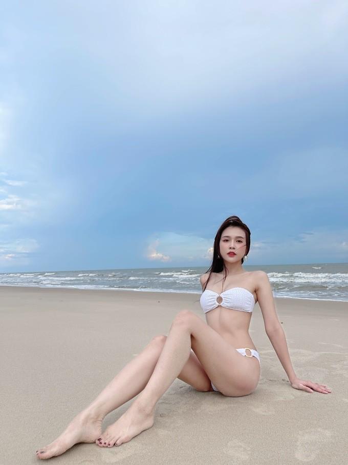 Sam hiếm hoi diện bikini khoe dáng quyến rũ  - ảnh 4
