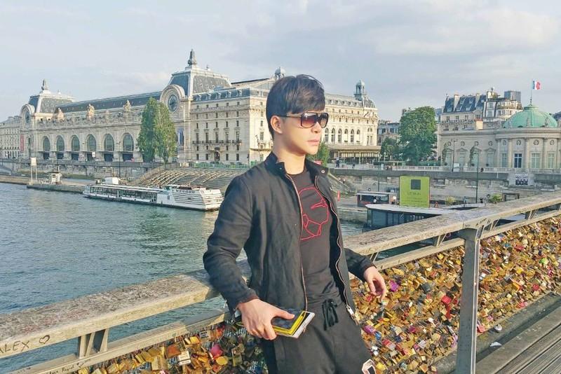 Ca sĩ Nathan Lee hủy chuyến bay sang Pháp để ở lại Việt Nam - ảnh 1