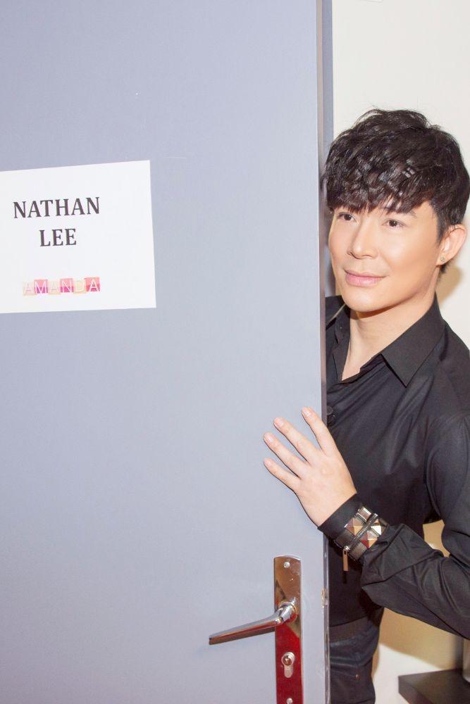 Ca sĩ Nathan Lee hủy chuyến bay sang Pháp để ở lại Việt Nam - ảnh 2