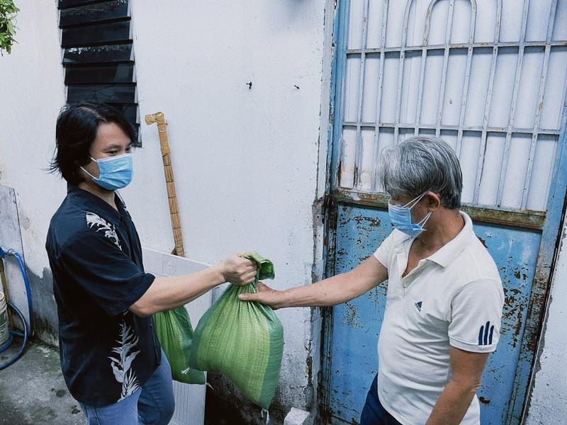 Đạo diễn Hoàng Nhật Nam đi từng hẻm trao quà cho người khó khăn trong mùa dịch - ảnh 2