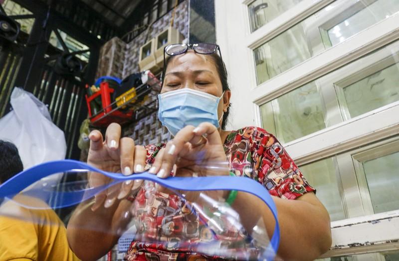 Gia đình 3 thế hệ làm hàng ngàn tấm chắn giọt bắn gửi tuyến đầu chống dịch - ảnh 5