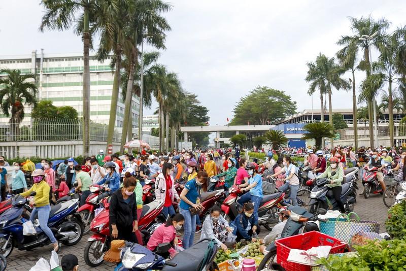 Giờ tan tầm đông nghẹt của hàng ngàn công nhân Pouyuen - ảnh 13