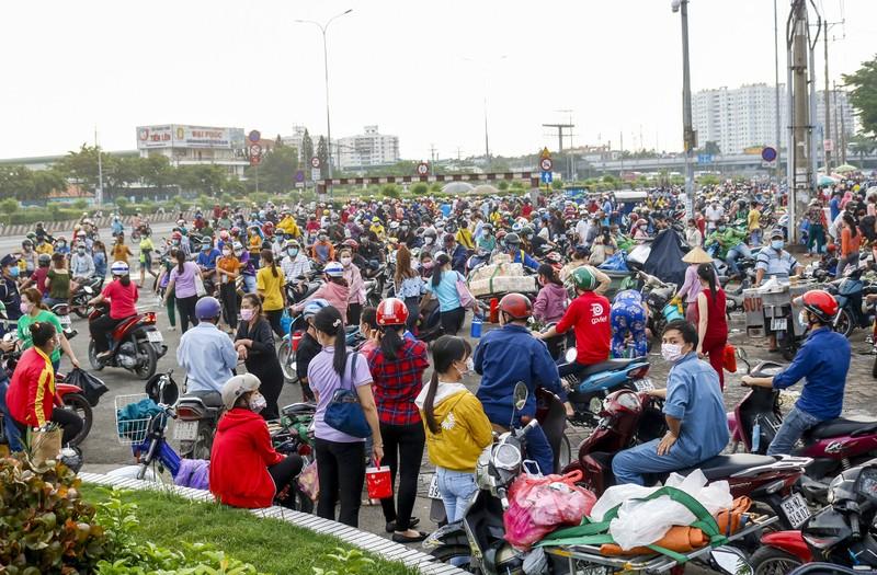Giờ tan tầm đông nghẹt của hàng ngàn công nhân Pouyuen - ảnh 5