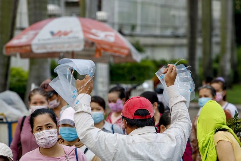 Giờ tan tầm đông nghẹt của hàng ngàn công nhân Pouyuen - ảnh 8