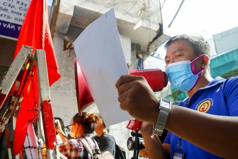 Người lao động hẻm Nguyễn Văn Công phất cờ mừng gỡ phong tỏa - ảnh 3