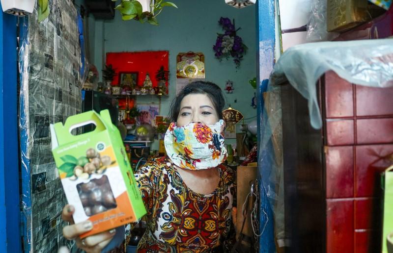 Người lao động hẻm Nguyễn Văn Công phất cờ mừng gỡ phong tỏa - ảnh 9