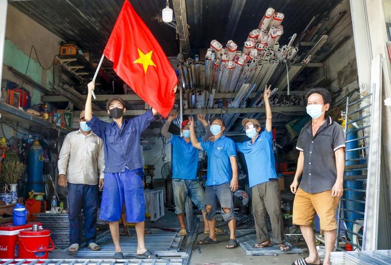 Người lao động hẻm Nguyễn Văn Công phất cờ mừng gỡ phong tỏa - ảnh 10