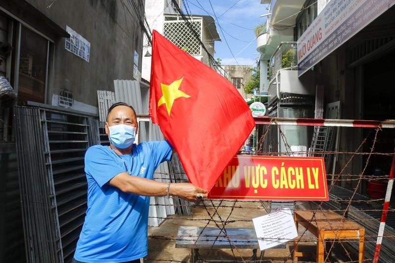 Người lao động hẻm Nguyễn Văn Công phất cờ mừng gỡ phong tỏa - ảnh 1