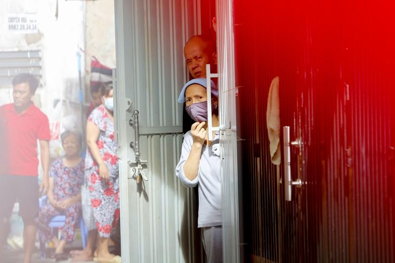 Người lao động hẻm Nguyễn Văn Công phất cờ mừng gỡ phong tỏa - ảnh 2