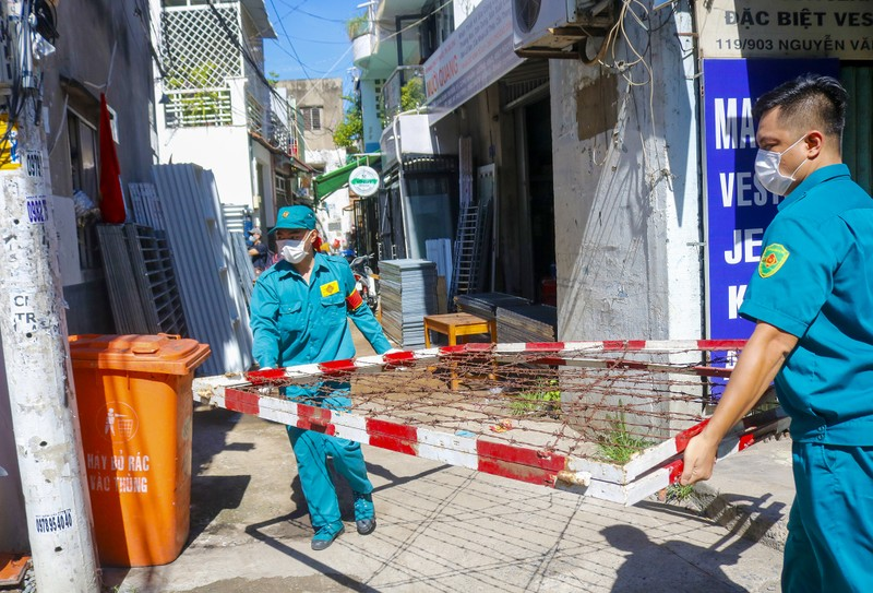 Người lao động hẻm Nguyễn Văn Công phất cờ mừng gỡ phong tỏa - ảnh 4