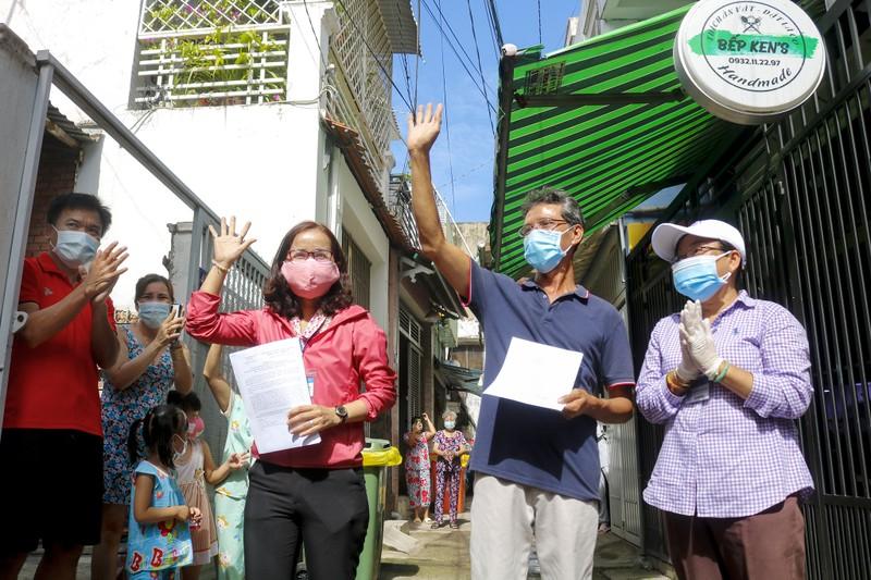 Người lao động hẻm Nguyễn Văn Công phất cờ mừng gỡ phong tỏa - ảnh 5