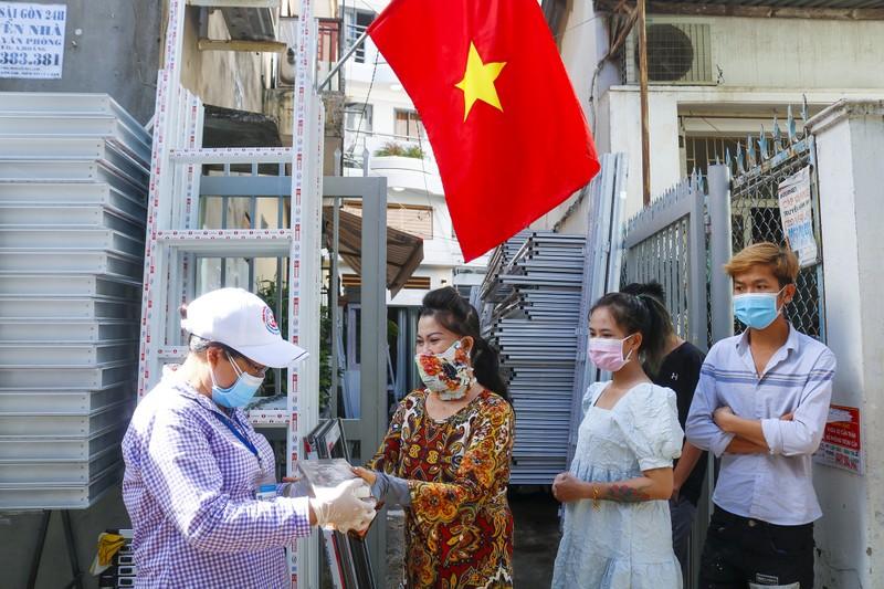 Người lao động hẻm Nguyễn Văn Công phất cờ mừng gỡ phong tỏa - ảnh 7