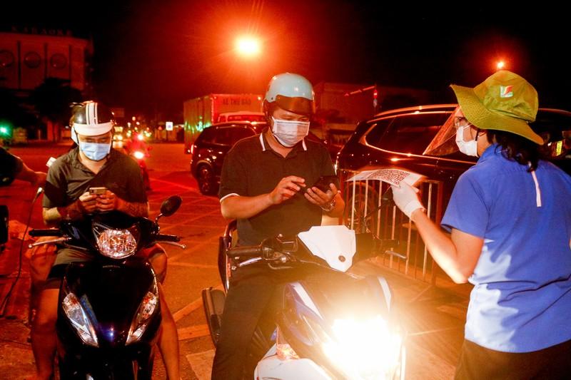 Gỡ 12 chốt kiểm soát dịch ở Gò Vấp trong đêm - ảnh 3