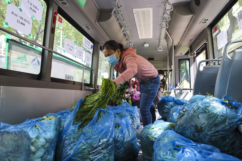 Người Sài Gòn đi 'siêu thị mini' trên xe buýt - ảnh 9