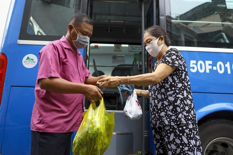 Người Sài Gòn đi 'siêu thị mini' trên xe buýt - ảnh 6