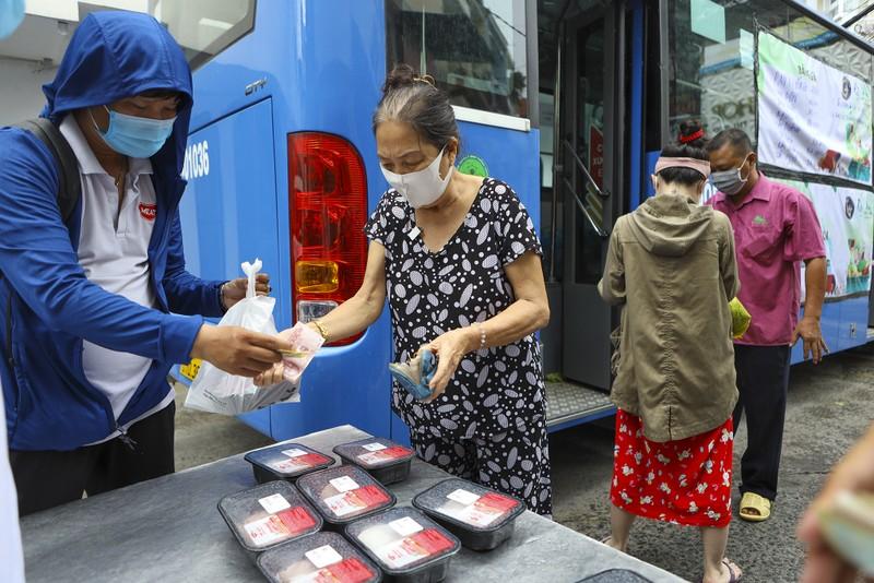 Người Sài Gòn đi 'siêu thị mini' trên xe buýt - ảnh 7