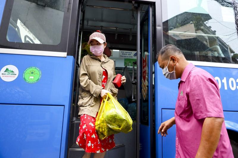 Người Sài Gòn đi 'siêu thị mini' trên xe buýt - ảnh 11