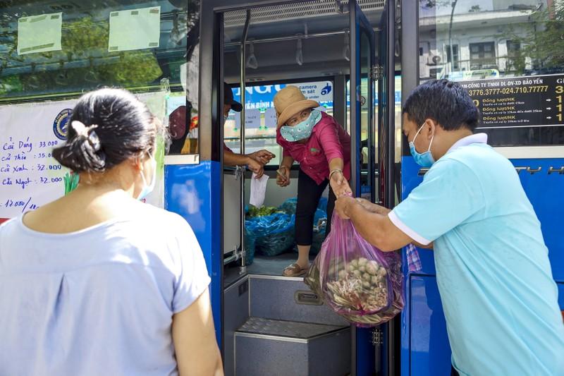 Người Sài Gòn đi 'siêu thị mini' trên xe buýt - ảnh 10