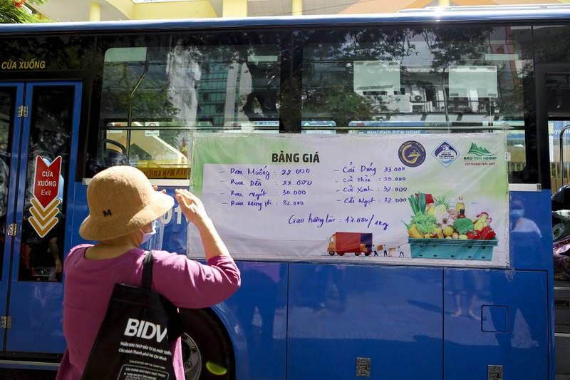 Người Sài Gòn đi 'siêu thị mini' trên xe buýt - ảnh 8
