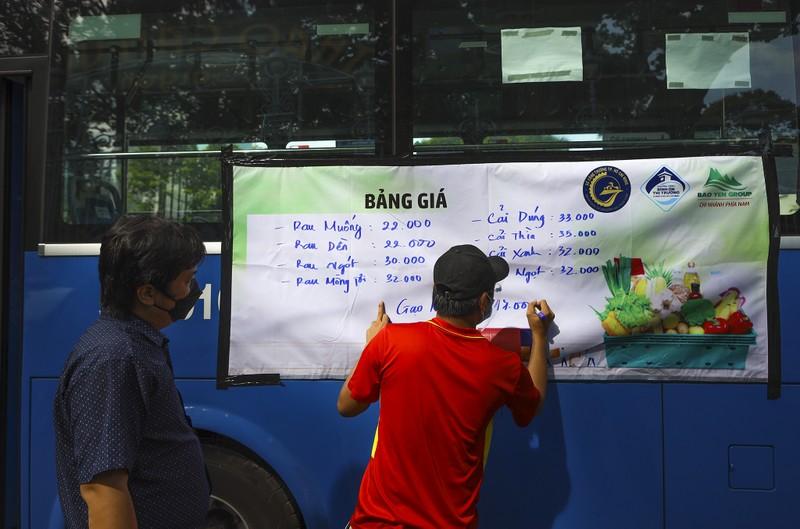 Người Sài Gòn đi 'siêu thị mini' trên xe buýt - ảnh 1