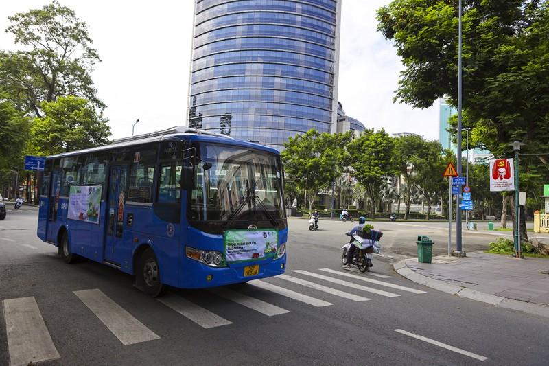 Người Sài Gòn đi 'siêu thị mini' trên xe buýt - ảnh 2