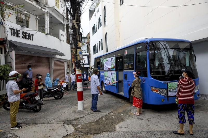 Người Sài Gòn đi 'siêu thị mini' trên xe buýt - ảnh 3