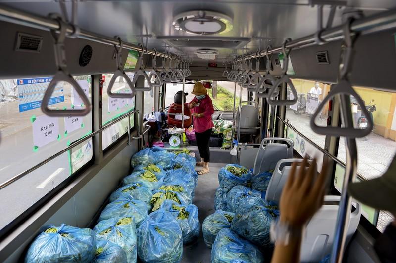 Người Sài Gòn đi 'siêu thị mini' trên xe buýt - ảnh 4