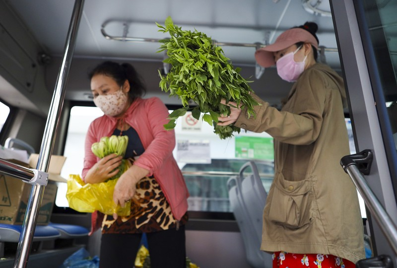 Người Sài Gòn đi 'siêu thị mini' trên xe buýt - ảnh 5