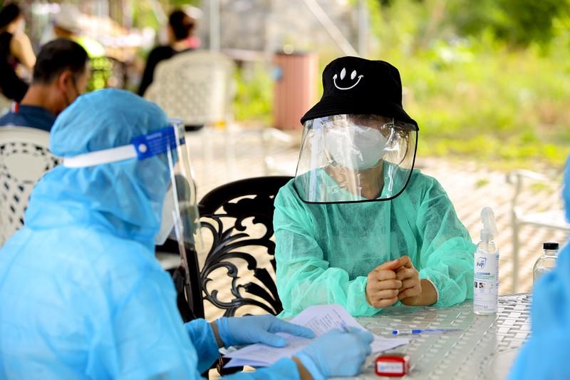 Chùm ảnh người nước ngoài đi tiêm vaccine tại TP.HCM - ảnh 11
