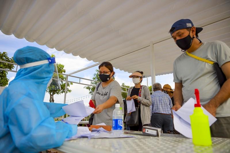 Chùm ảnh người nước ngoài đi tiêm vaccine tại TP.HCM - ảnh 13
