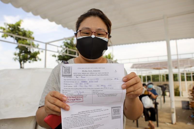 Chùm ảnh người nước ngoài đi tiêm vaccine tại TP.HCM - ảnh 14