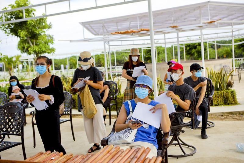 Chùm ảnh người nước ngoài đi tiêm vaccine tại TP.HCM - ảnh 15
