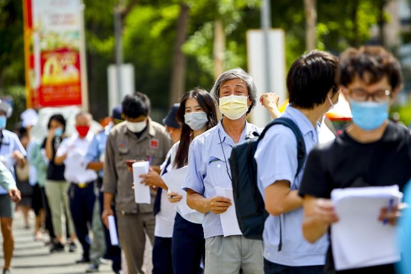 Chùm ảnh người nước ngoài đi tiêm vaccine tại TP.HCM - ảnh 1