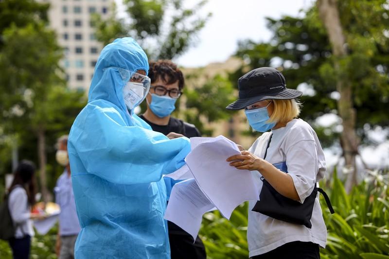Chùm ảnh người nước ngoài đi tiêm vaccine tại TP.HCM - ảnh 3