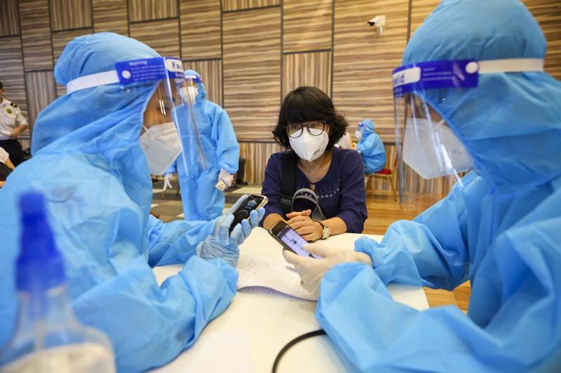 Chùm ảnh người nước ngoài đi tiêm vaccine tại TP.HCM - ảnh 5