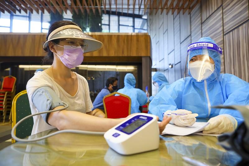 Chùm ảnh người nước ngoài đi tiêm vaccine tại TP.HCM - ảnh 6