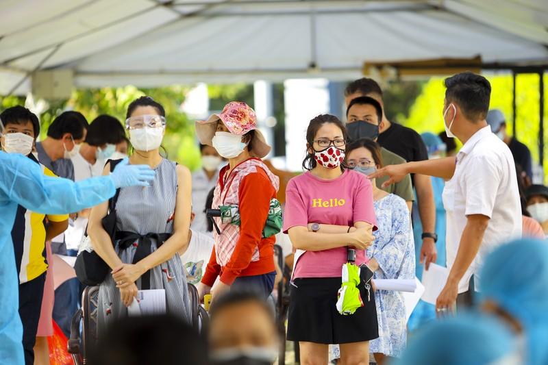 Chùm ảnh người nước ngoài đi tiêm vaccine tại TP.HCM - ảnh 9