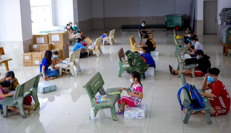 TP.HCM: Lớp học không bàn ghế, không bảng viết giữa mùa dịch - ảnh 1