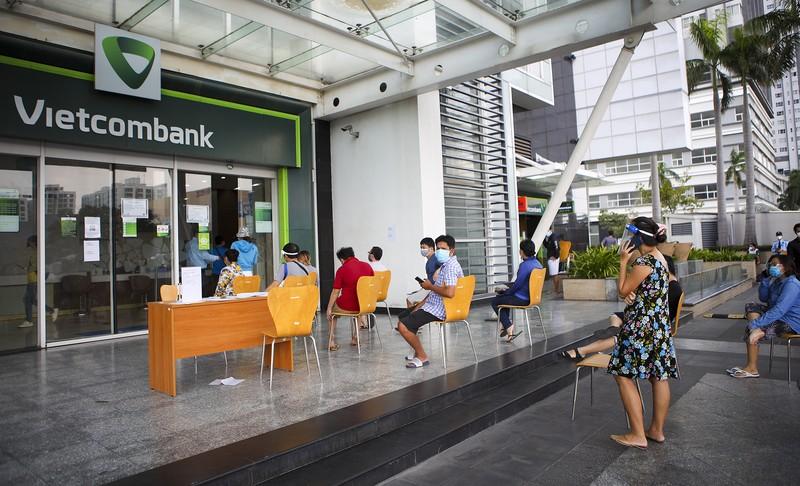 Quận 7 mở cửa: Người dân bắt đầu đi ngân hàng, mua đồ ăn, mua điện thoại - ảnh 11